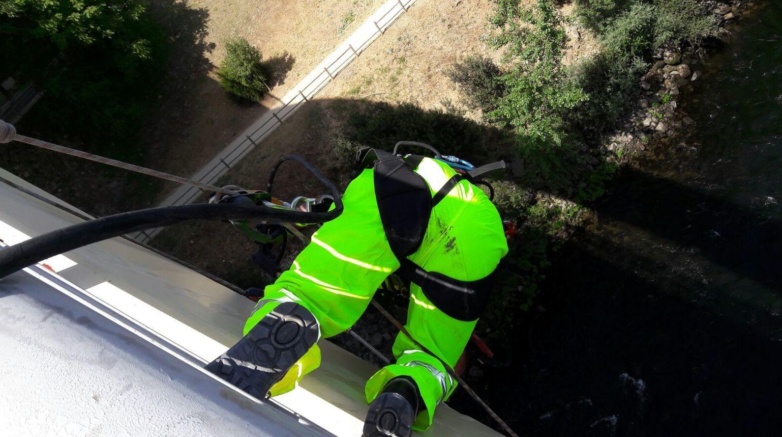 Limpieza de la cinta de escaleras en el Puente del Milenio