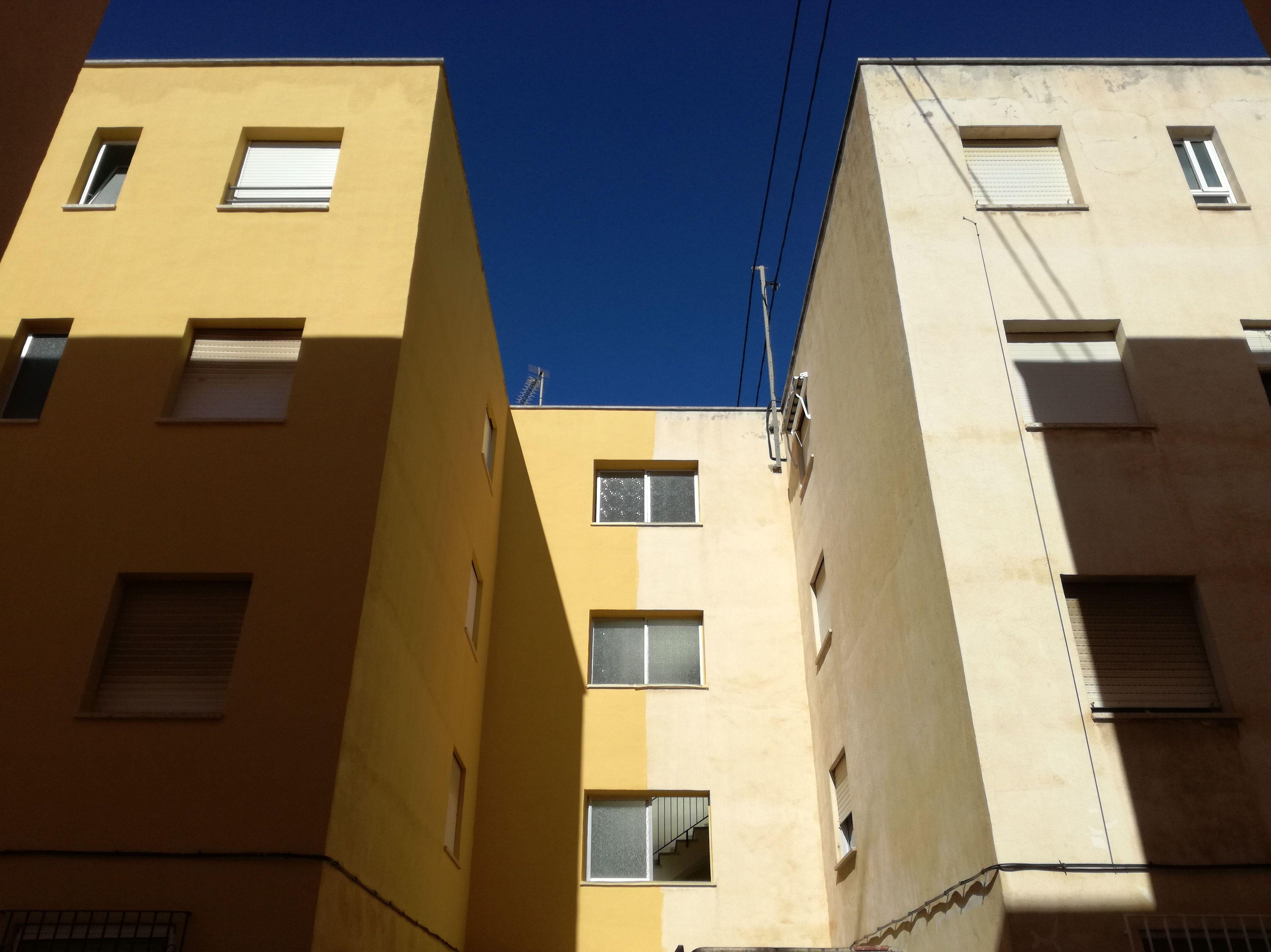 Rehabilitación de fachada (izquierdo terminado y derecho con limpieza y sellado de fisuras)