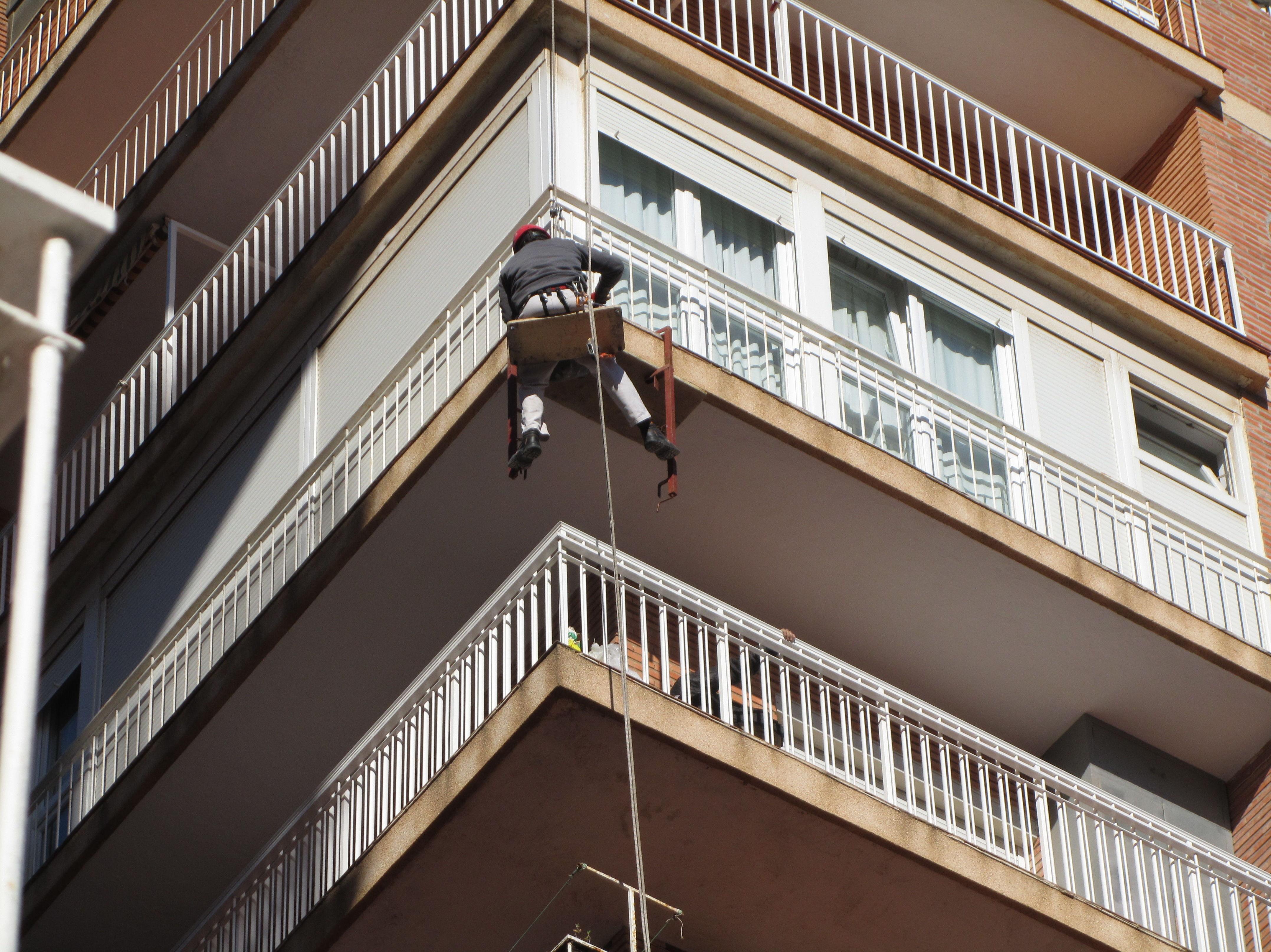 Reparación puntual de canto de balcón en edificio con Trabajos Verticales