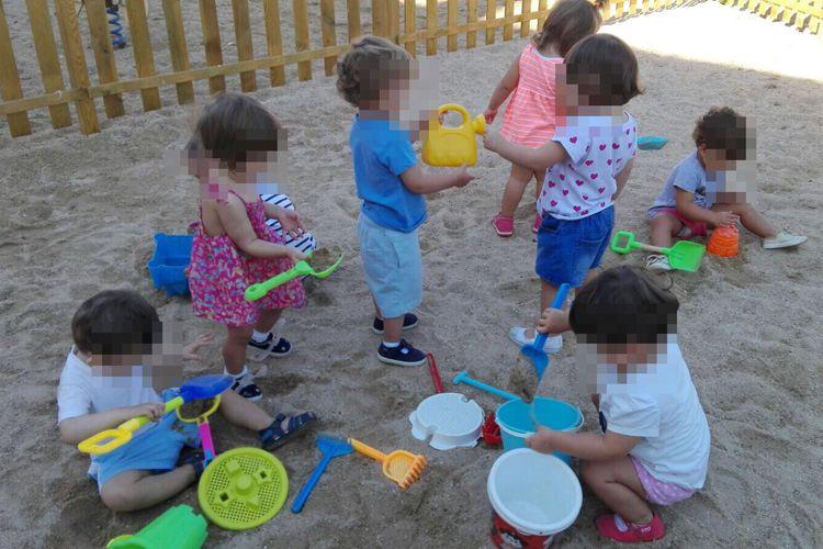Jugamos con la arena en nuestro patio