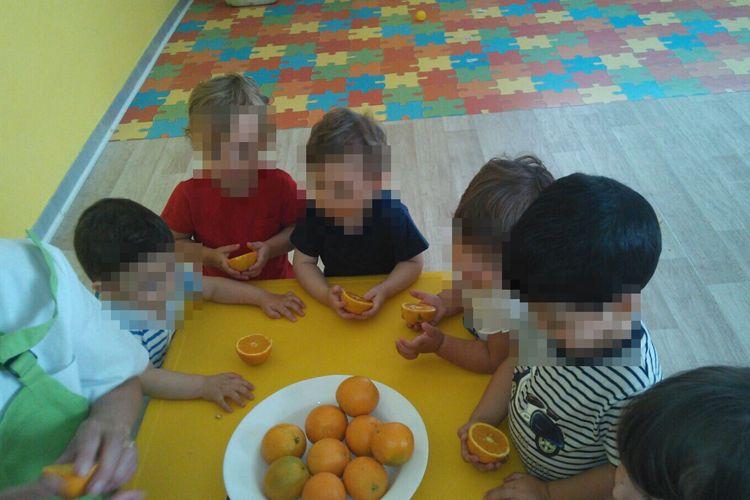 Nuestros pequeños con sus naranjas