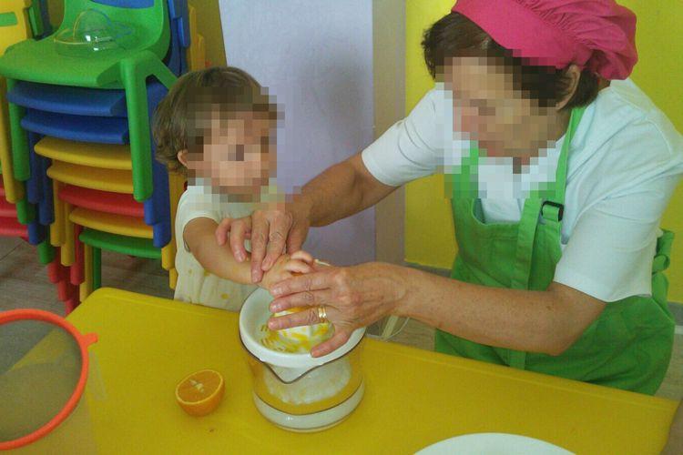 Exprimiendo el zumo de naranja para los helados