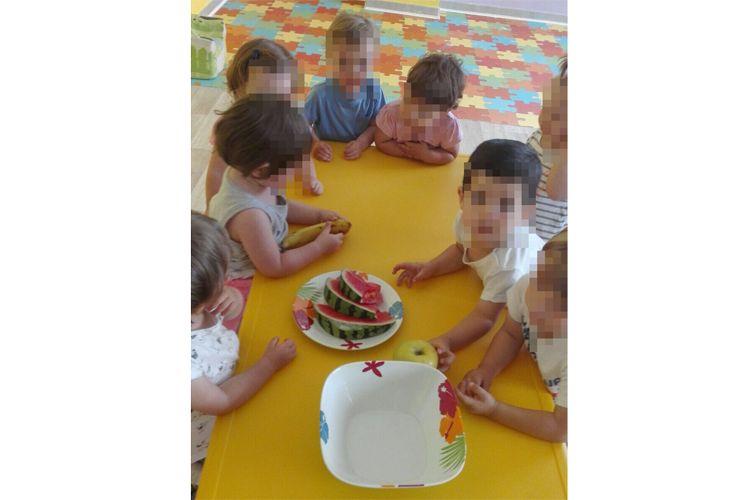 Comida con brochetas de frutas