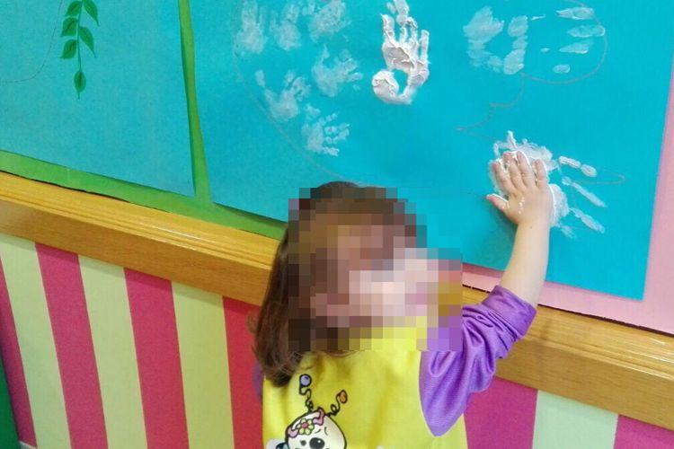 Pequeñas manos blancas en el mural