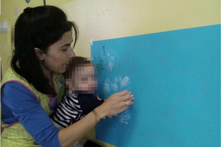 Todos nuestros pequeños ponen sus manos blancas en el mural