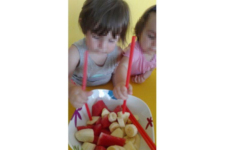 Una comida de brochetas de frutas