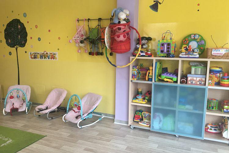 Aula con juguetes y cunitas