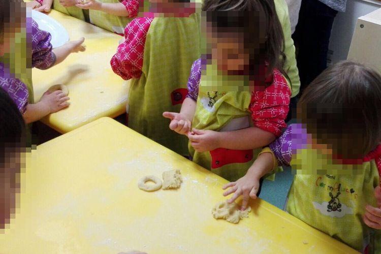 Nuestros peques haciendo rosquillas