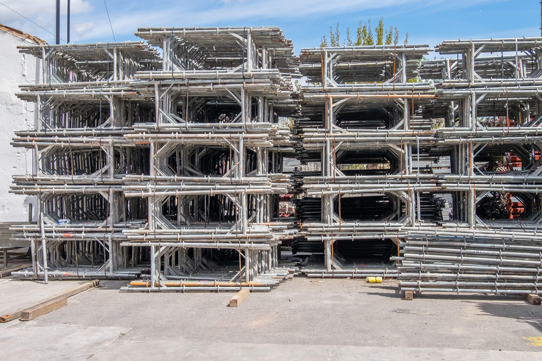 Alquiler de andamios de acero galvanizado, que permite cubrir cualquier fachada