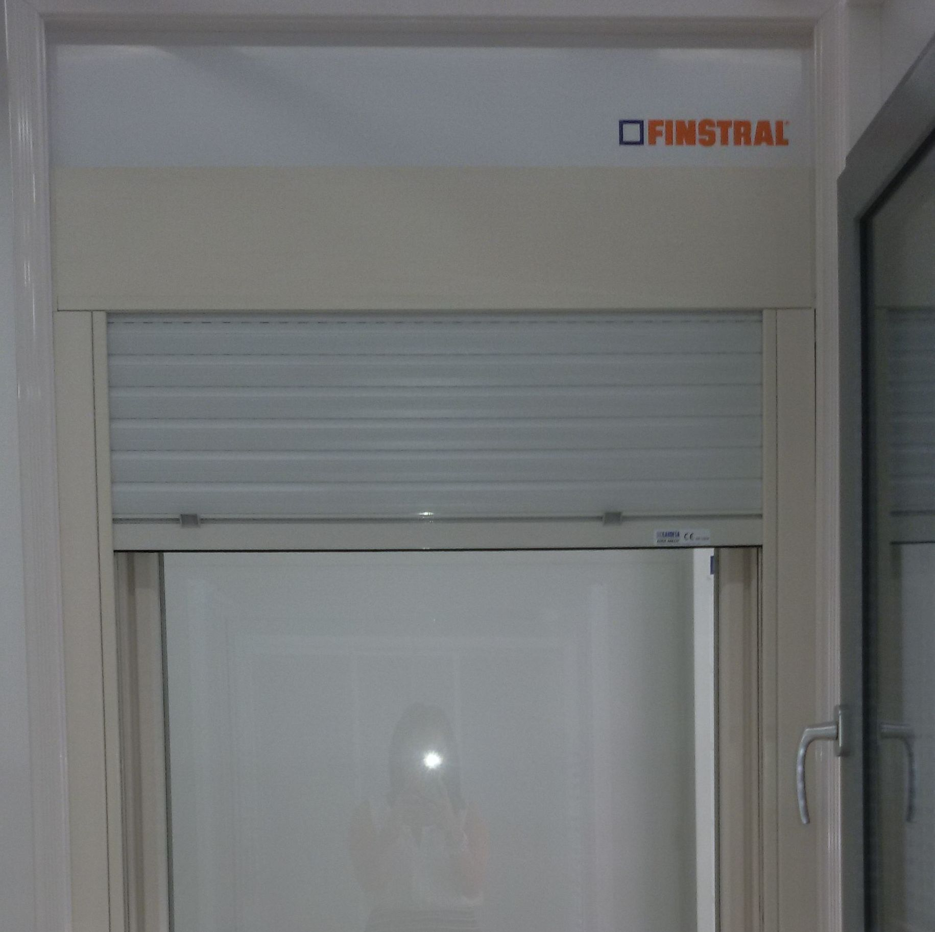 Ventana de PVC color blanco antiguo con persiana integrada