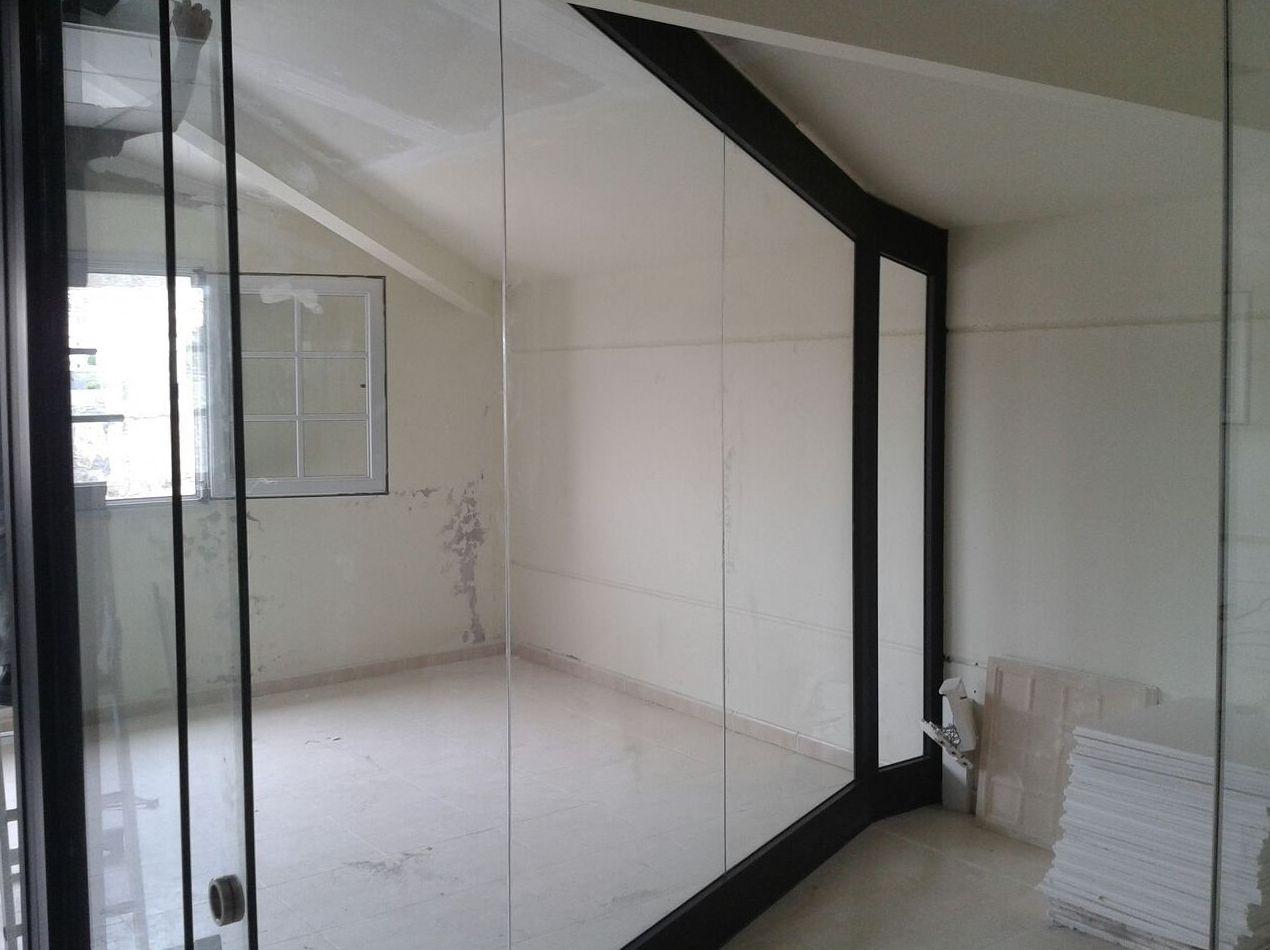 Distribución de espacios con aluminio y cristal