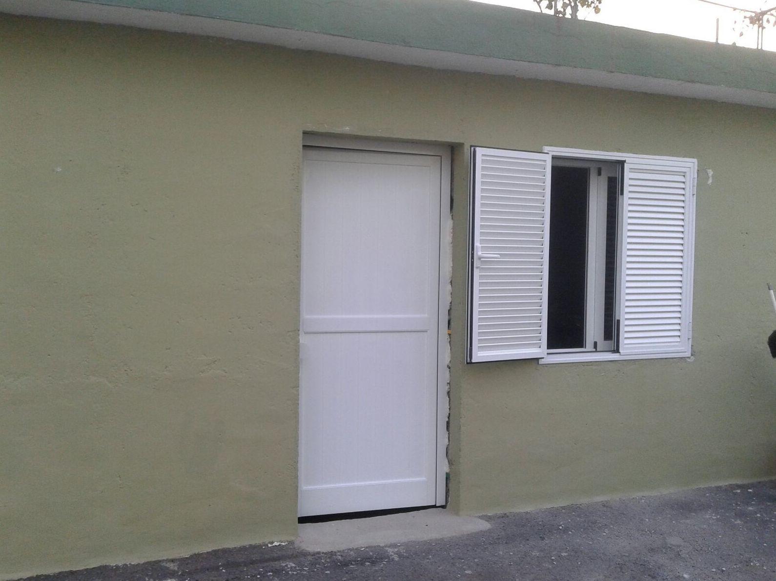 Puerta de aluminio lacado blanco  y persiana ovalina