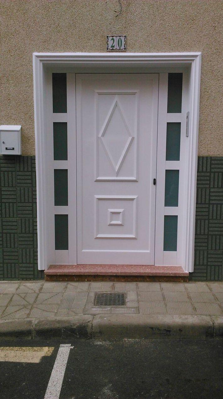 Puerta de entrada de aluminio blanco