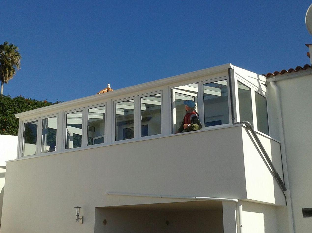 Balcón cerrado con ventanas de aluminio