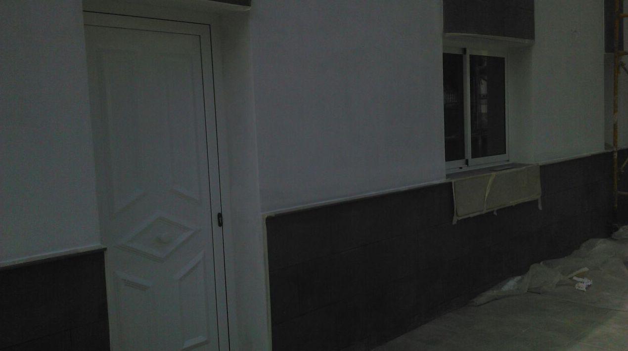 Puerta de aluminio lacado  blanco, Modelo  Fasnia