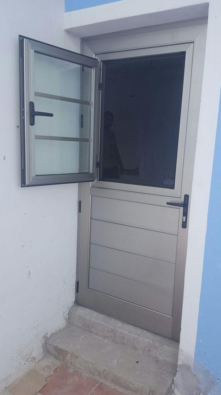 Conjunto de puerta de aluminio con ventana abatible en parte superior