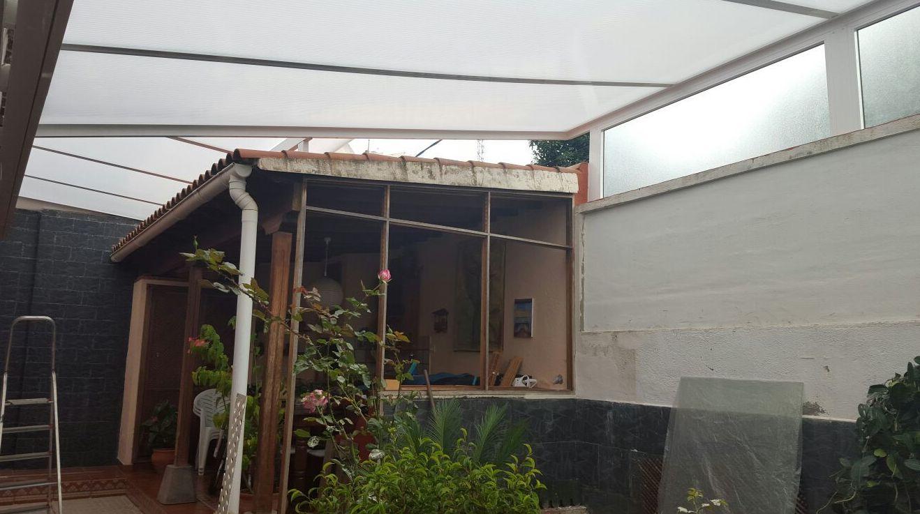 Cerramiento con techo y fijos de policarbonato