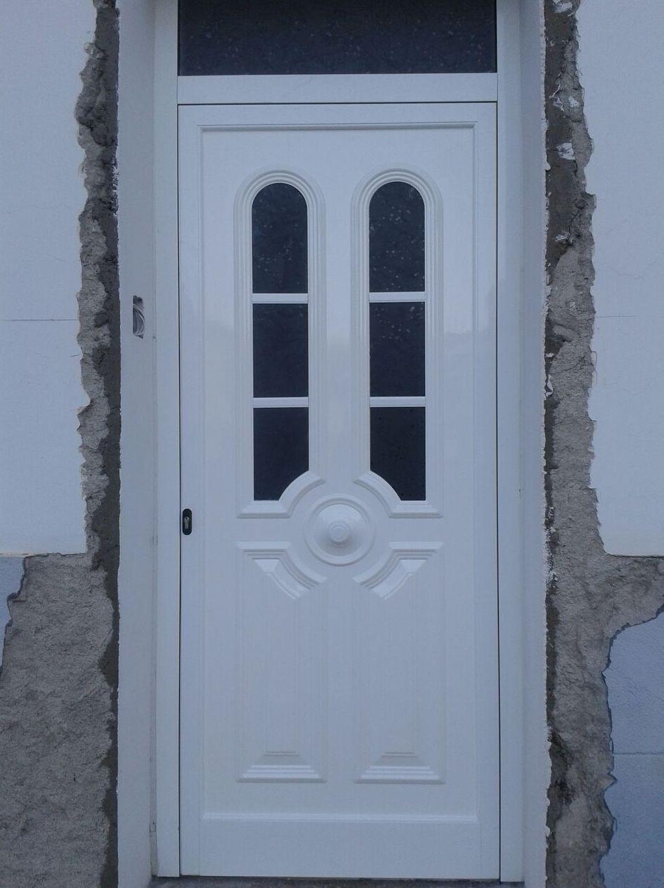 Puerta de entrada a vivienda de aluminio blanco