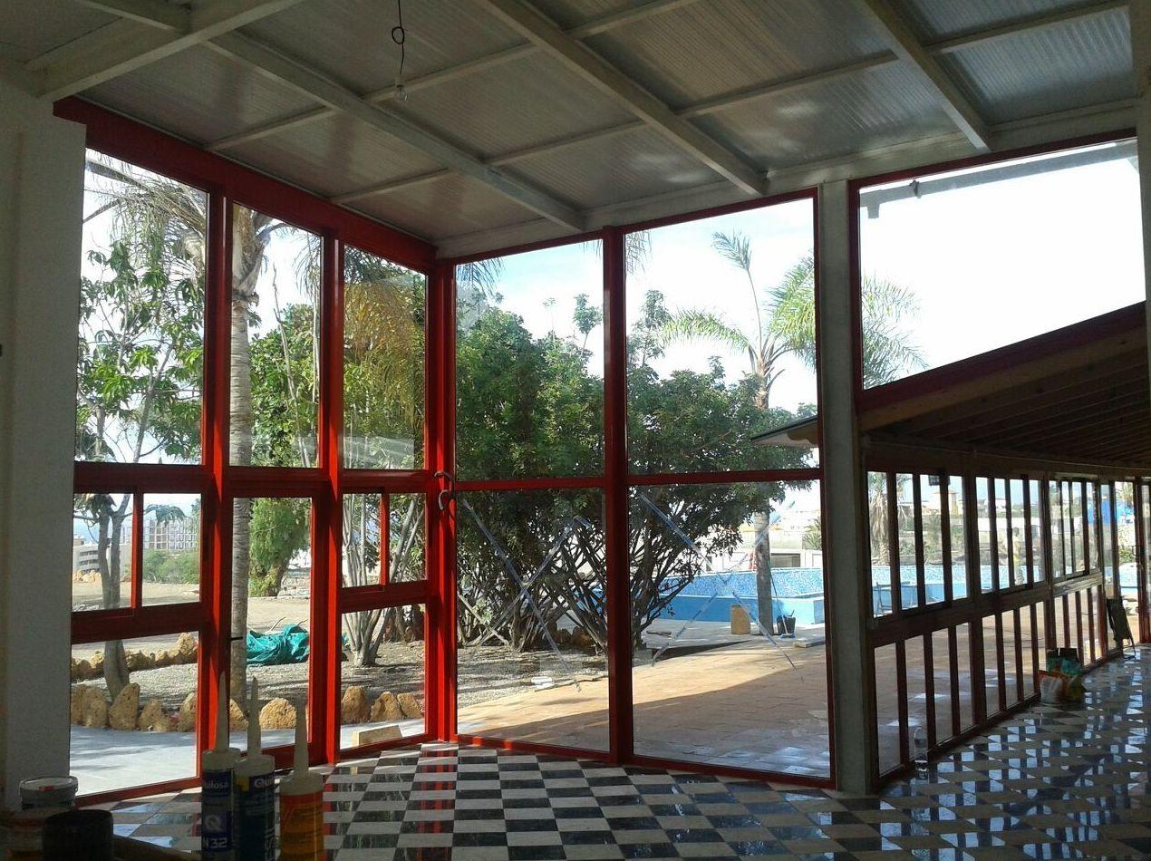 Cerramiento de espacio con grandes ventanales