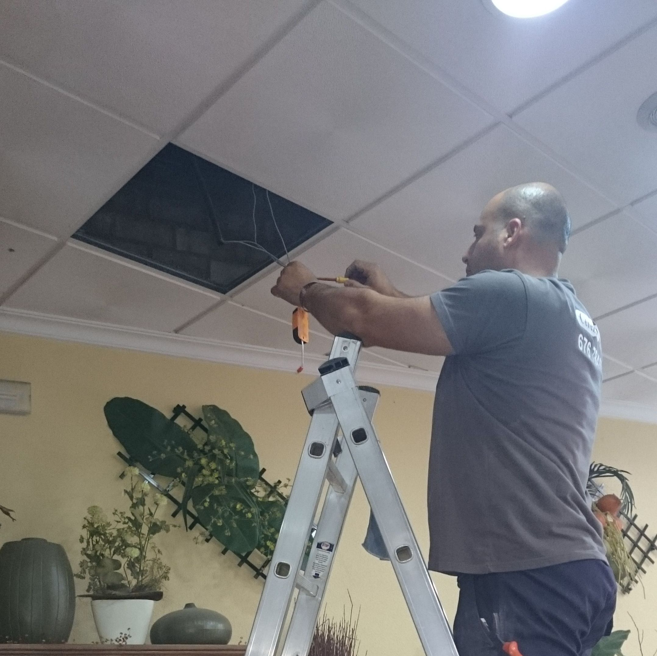 Reparación de iluminación en locales comerciales