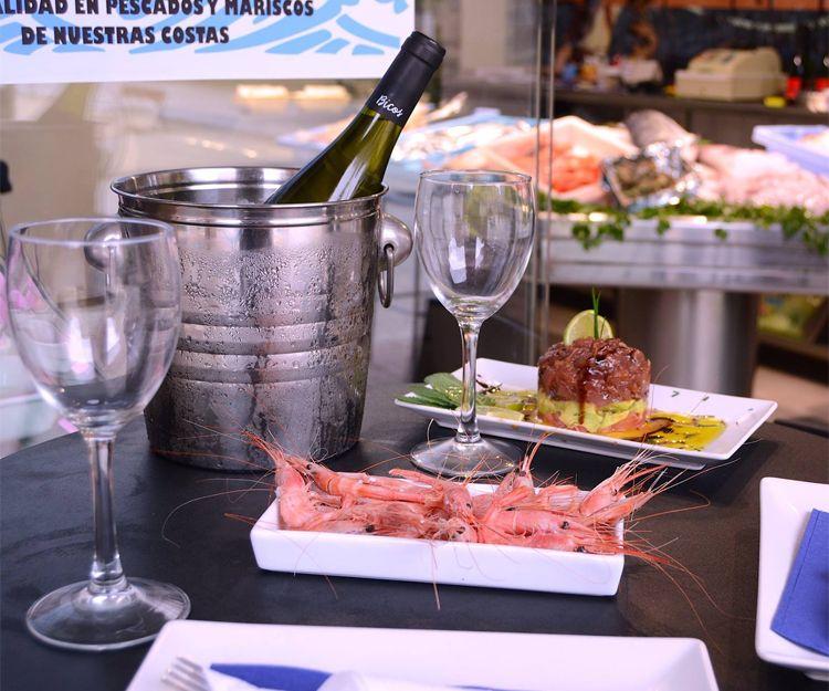Disfruta de tapas de marisco con un buen vino