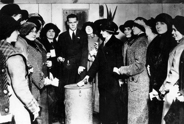 28 de noviembre. Las mujeres votan por primera vez en unas elecciones nacionales