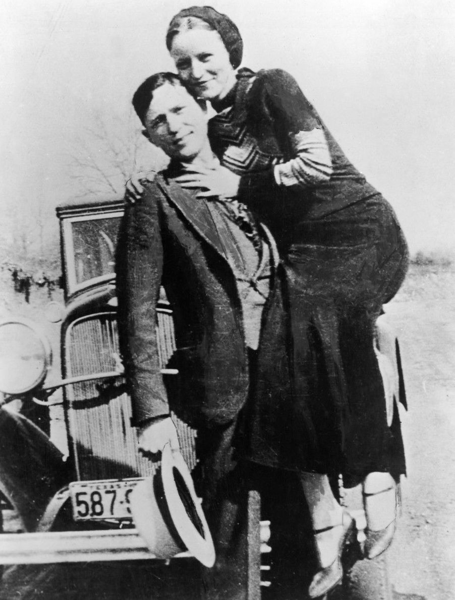 Bonnie and Clyde los primeros criminales famosos de la era moderna }}