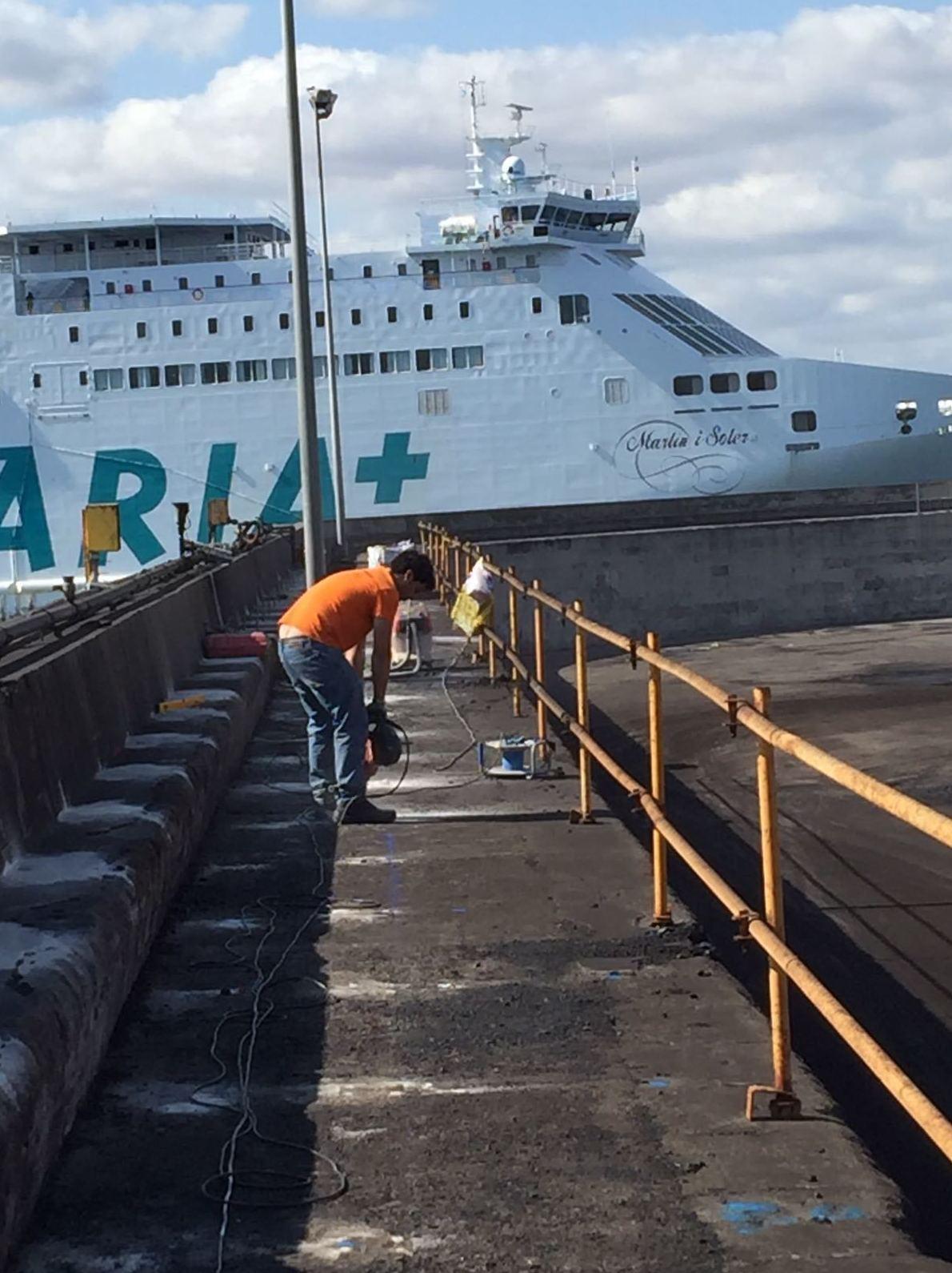 Taladros más colocación de varilla co resina obra realizada en el puerto de Alcudia Mallorca
