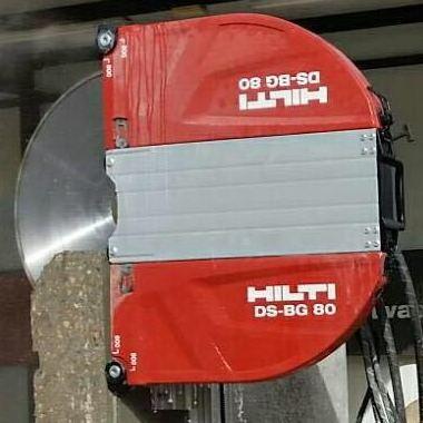 Cortar muro de hormigón en vertical con protección de disco.