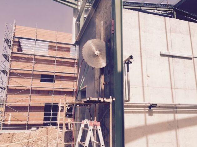 Cortes verticales en muro de hormigón.